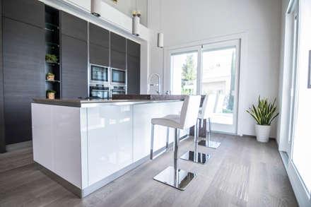 Grey Oak Flooring: Cucina attrezzata in stile  di Magri Parquet