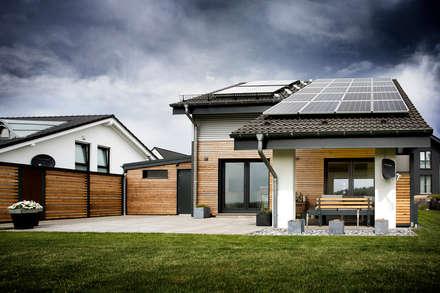 Holzhaus überrascht mit cleverem Energiekonzept -  Ein Smart Home muss nicht teuer sein:  Einfamilienhaus von Gira, Giersiepen GmbH & Co. KG