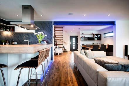 Holzhaus überrascht mit cleverem Energiekonzept -  Ein Smart Home muss nicht teuer sein: moderne Wohnzimmer von Gira, Giersiepen GmbH & Co. KG