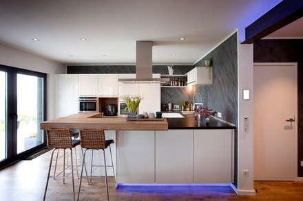 Holzhaus überrascht mit cleverem Energiekonzept -  Ein Smart Home muss nicht teuer sein: moderne Küche von Gira, Giersiepen GmbH & Co. KG