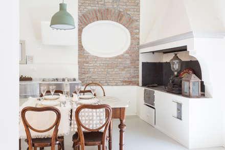 RISTRUTTURAZIONE DELLA CASA DELLA NONNA: Cucina in stile in stile Mediterraneo di Viú Architettura