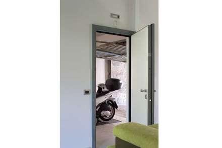 Collegamento tra open space e autorimessa: Garage/Rimessa in stile in stile Moderno di Francesco Ruffa Architetto
