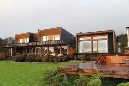 VISTA FRONTAL: Casas de estilo moderno por KOMMER ARQUITECTOS