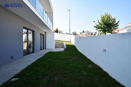 Lote 24 : Jardins modernos por Construções e Imobiliária Navio, Lda