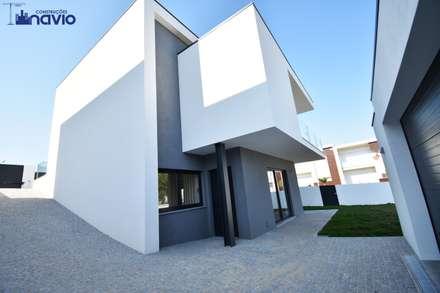Lote 24 : Casas modernas por Construções e Imobiliária Navio, Lda