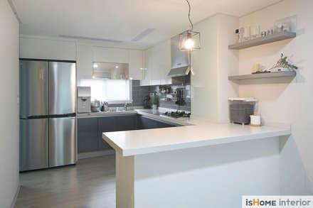 오래된 아파트의 놀라운 변신 32평 부천 아파트: 이즈홈의  주방