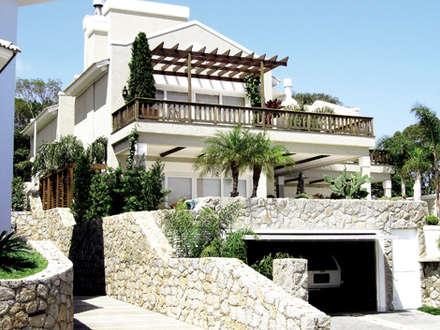 Jardines con piedras de estilo  por Raul Hilgert Arquitetura de Exteriores