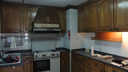 Before renovation of house: classic Kitchen by FINE ART LIVING PTE LTD