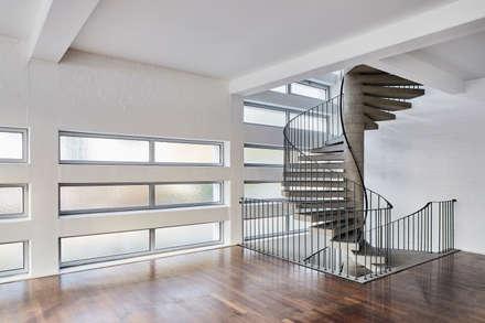 Wohnung mit Loftcharakter:  Treppe von studio1073