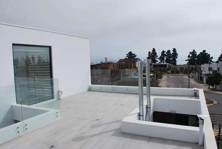 : Terrazas  de estilo  por DARQ studio