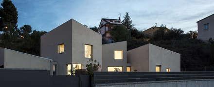 1403MM_Fachada principal: Casas ecológicas de estilo  de AlbertBrito Arquitectura