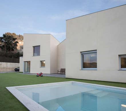 1403MM_Piscina: Piscinas de jardín de estilo  de AlbertBrito Arquitectura