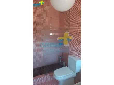 Excelente Moradia em condomínio fechado, com piscina privativa com vista para a Albufeira da Caniçada. Referência: clix mais v1.165: Casas de banho campestres por Clix Mais