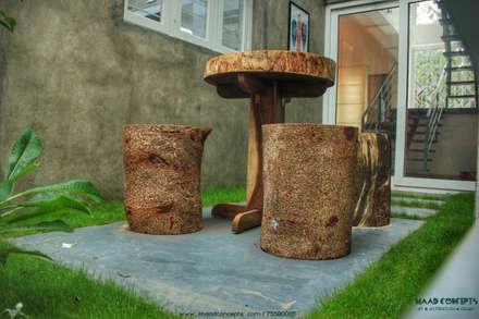 AANGAN:  Front yard by MAAD Concepts