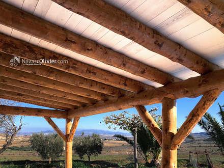 Cubierta en tronco descortezado y madera aserrada: Terrazas de estilo  de NavarrOlivier