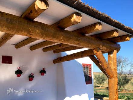 Porche en tronco descortezado: Jardines de estilo rústico de NavarrOlivier