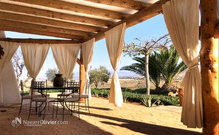 Pérgola rústica para jardín: Terrazas de estilo  de NavarrOlivier