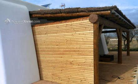 Porche natural con muro en bardage: Terrazas de estilo  de NavarrOlivier