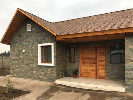 Casa Kuzmanic: Casas de estilo rústico por AtelierStudio