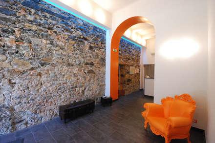 RINASCERE DOPO UN ALLUVIONE: L'HOTEL FIUME A GENOVA: Ingresso & Corridoio in stile  di silvestri architettura