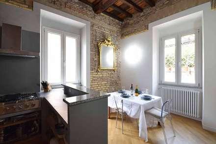 LA CASA DI YANEZ A ROMA: Cucina in stile In stile Country di silvestri architettura