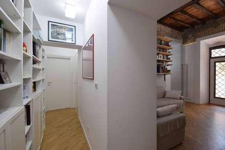 LA CASA DI YANEZ A ROMA: Ingresso & Corridoio in stile  di silvestri architettura