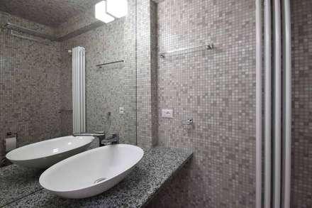 LA CASA DI YANEZ A ROMA: Bagno in stile In stile Country di silvestri architettura