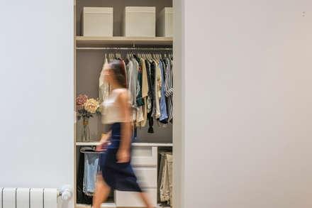 Casa en Primo de Rivera: Vestidores de estilo moderno de 2J Arquitectura
