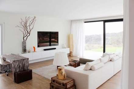 Casa Adelfa 14: Salones de estilo moderno de 2J Arquitectura