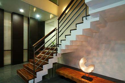 Escaleras de estilo  de 黃耀德建築師事務所  Adermark Design Studio