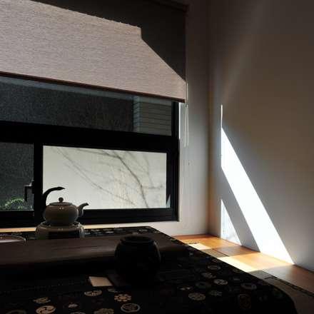 建築設計 鳳凰居 WW House:  窗 by 黃耀德建築師事務所  Adermark Design Studio