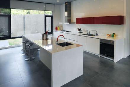 ห้องครัว by 黃耀德建築師事務所  Adermark Design Studio