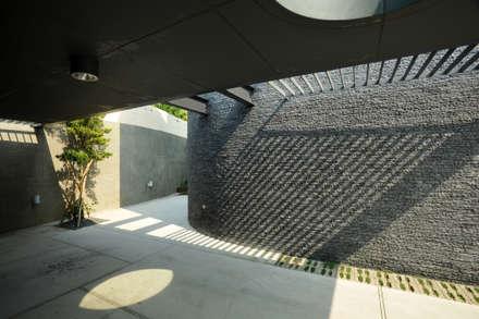 minimalistic Garage/shed by 黃耀德建築師事務所  Adermark Design Studio