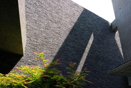 กำแพง by 黃耀德建築師事務所  Adermark Design Studio