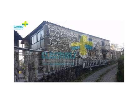 Frente da casa: Casas de campo  por Clix Mais