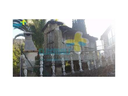 Espigueiro na lateral da casa: Casas de campo  por Clix Mais