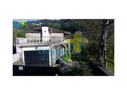 Lateral da casa e entrada garagem (2): Casas de campo  por Clix Mais