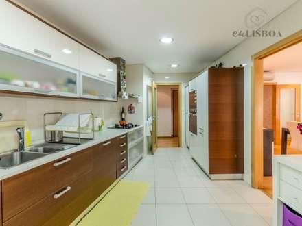 Apartamento T2 Odivelas: Armários de cozinha  por EU LISBOA