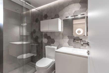 BAÑO: Baños de estilo moderno por Design Group Latinamerica