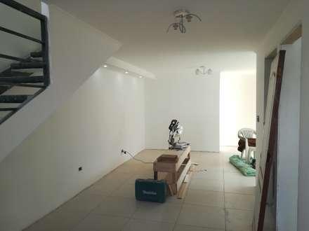 Primer piso: Livings de estilo mediterraneo por MSGARQ