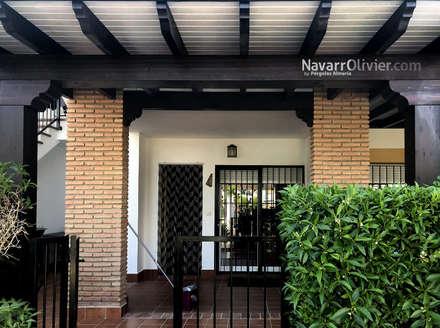 Tejado adosado para acceso a vivienda: Pérgolas de estilo  de NavarrOlivier