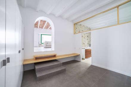 Can Fabregas : Pasillos y vestíbulos de estilo  de LaBoqueria Taller d'Arquitectura i Disseny Industrial