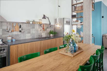 tavolo da pranzo: Sala da pranzo in stile in stile Industriale di manuarino architettura design comunicazione