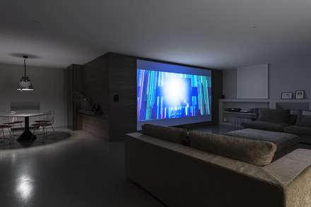 Casa CS: Sala multimediale in stile  di GIAN MARCO CANNAVICCI ARCHITETTO
