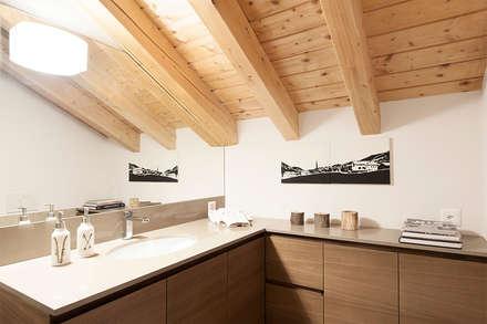 RISTRUTTURAZIONE APPARTAMENTO IN MONTAGNA: Bagno in stile in stile Scandinavo di Studio Architettura Macchi
