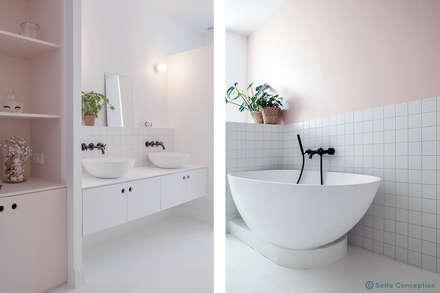 Touche de rose!: Salle de bains de style  par SOHA CONCEPTION