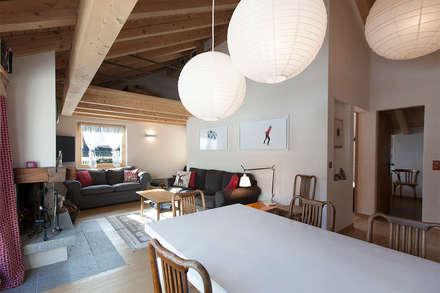 RISTRUTTURAZIONE APPARTAMENTO IN MONTAGNA: Sala da pranzo in stile in stile Scandinavo di Studio Architettura Macchi
