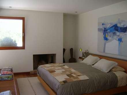 CASA MASAY: Dormitorios de estilo moderno por AOG