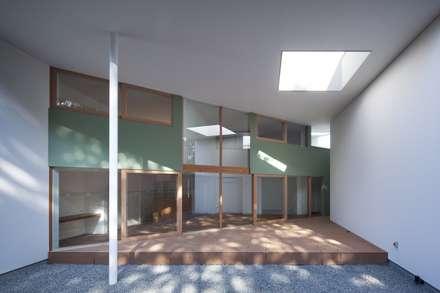 Casas unifamilares de estilo  de 藤原・室 建築設計事務所