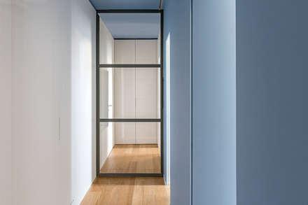 CASA FM: Ingresso & Corridoio in stile  di Lula Ferrari Architetto